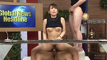 Presentadora japonesa narra las noticias con una verga en la panocha
