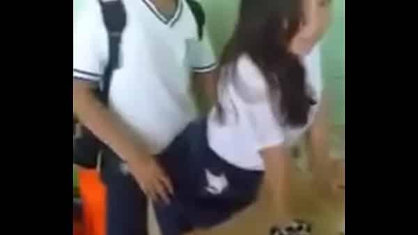 Grabando a Juan Carlos y a la Becky echando un buen desmadre en la escuela.