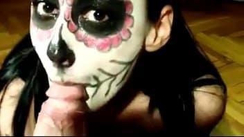 Le ayudé con maquillaje de Día de muertos y mamó reata