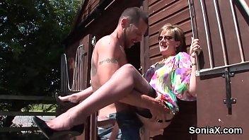 Lady Sonia encontró un verdadero semental penetrador en el rancho
