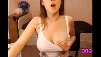Tetona rusa llega al orgasmo pellizcando sus pezones