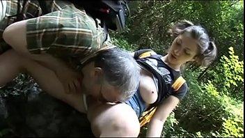 Viejo montañista chupó el coño de turista cachonda